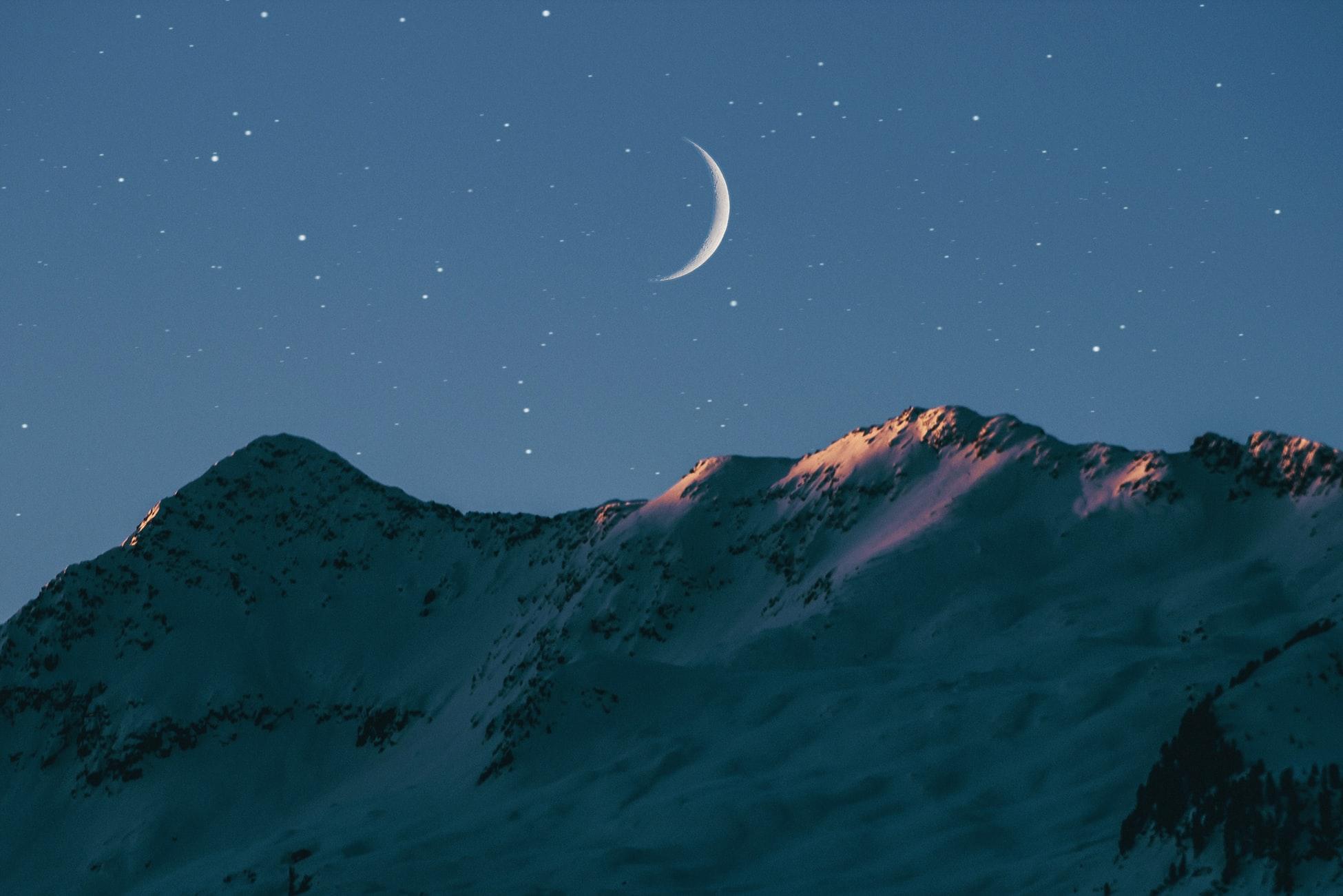 雪山の上に輝く三日月