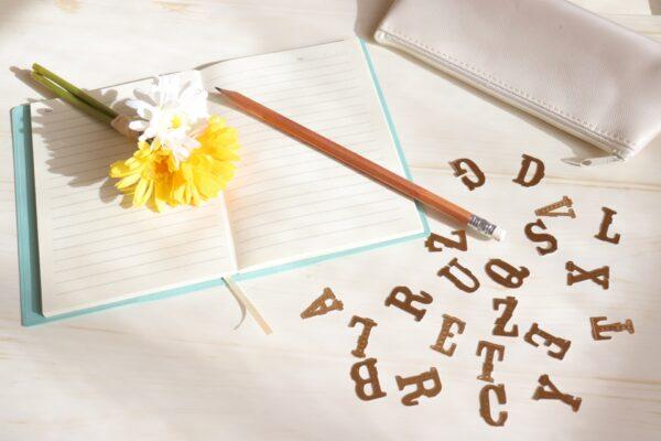 ノートとアルファベットの切り抜き