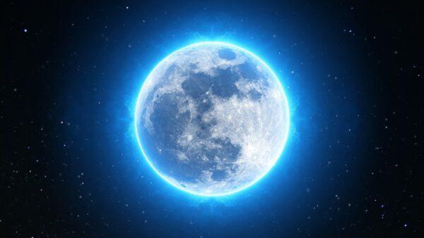 青く光る満月
