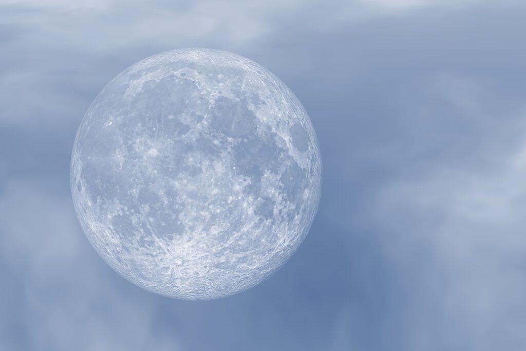 薄雲に隠れた満月