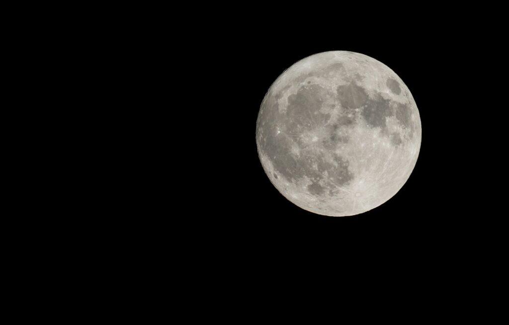 夜空に浮かぶ満月