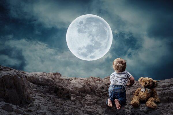 満月と子ども