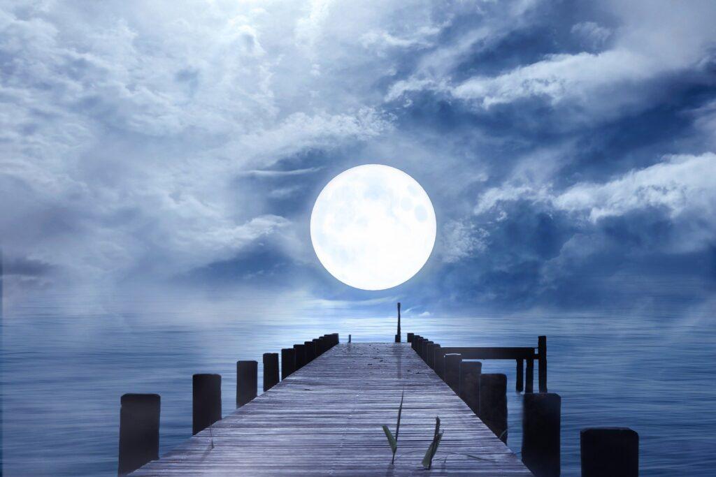 橋から見る満月