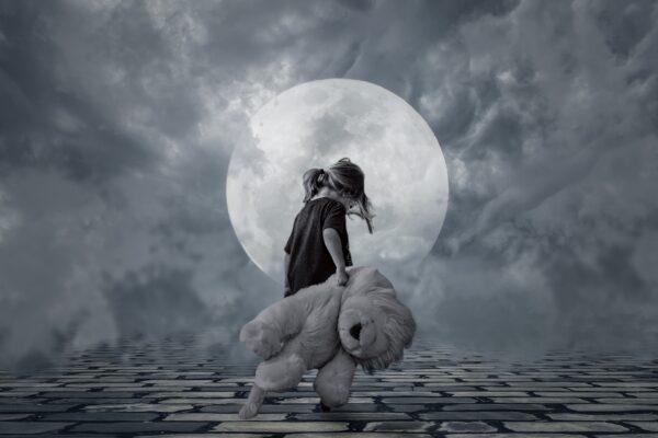 満月とうなだれる子ど