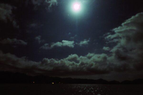 眩しい満月