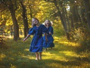 森を散歩する双子