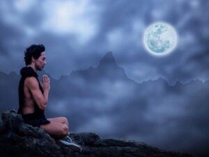 月に祈る男性