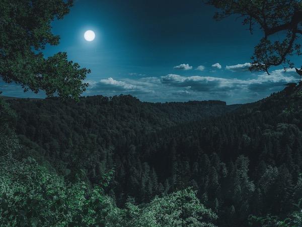 山上に浮かぶ満月